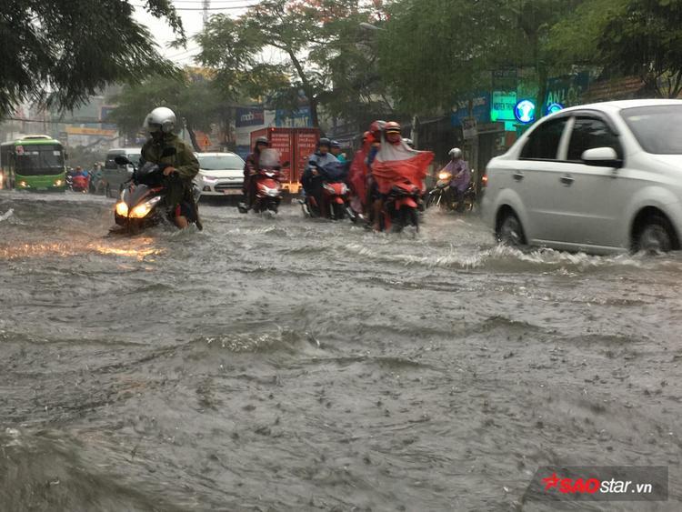 Có đoạn nước ngập hết cả bánh xe khiến xe cộ qua đây khó khăn.