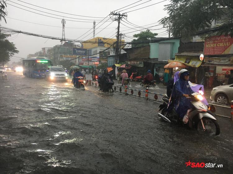 Mưa lớn kéo dài nhiều giờ, đường Sài Gòn lại biến thành sông