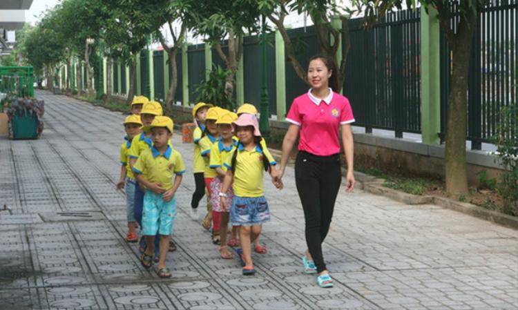 Học sinh trường mầm non Thạch Bàn, Hà Nội trong một giờ sinh hoạt ngoài trời trong khuôn viên trường - Ảnh: VĨNH HÀ