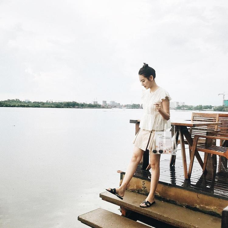 Hà Lade cũng lựa chọn đôi dép Hermes như Huyền My, nhưng cô nàng lại phối cùng chiếc váy linen nhẹ nhàng mix với túi xách trong veo cộp mác ngày hè.