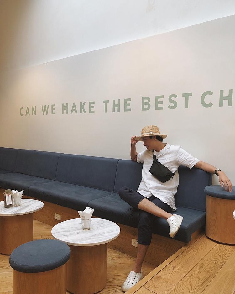 Combo áo sơ-mi trắng cùng mũ cói rộng vành đem lại cho Quang Đại không khí ngày hè.