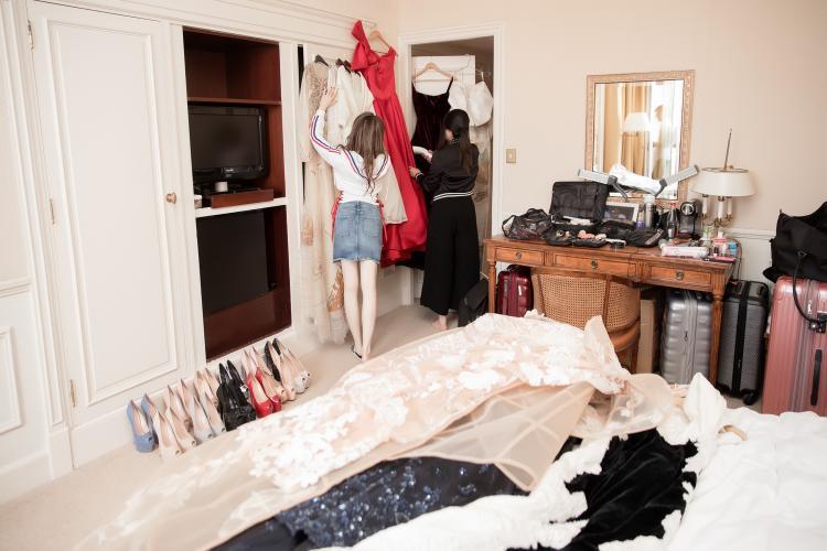 Một góc phòng ngổn ngang đầy trang phục và phụ kiện mà người đẹp sẽ đem đến sự kiện.