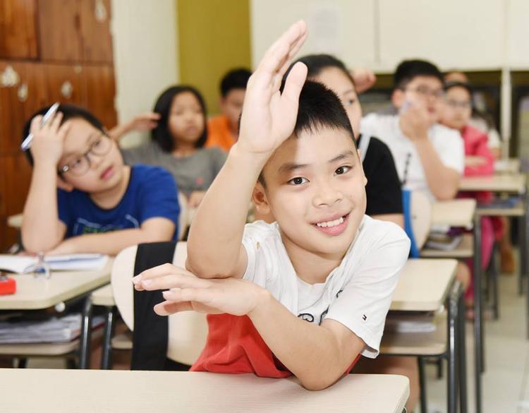 Các bạn học sinh đã vui vẻ đi học trở lại sau sự cố phun thuốc diệt muỗi. Ảnh: Website nhà trường.