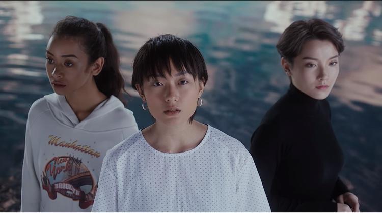 Mượn hình ảnh 3 cô gái trẻ trong xã hội hiện đại, MV khắc họa những bất công, nỗi buồn chung mà đa phần nữ giới trong xã hội hiện đại phải trải qua: Thất bại trong chuyện tình cảm, áp lực về gia đình, định kiến giới tính, cám dỗ nơi công sở.