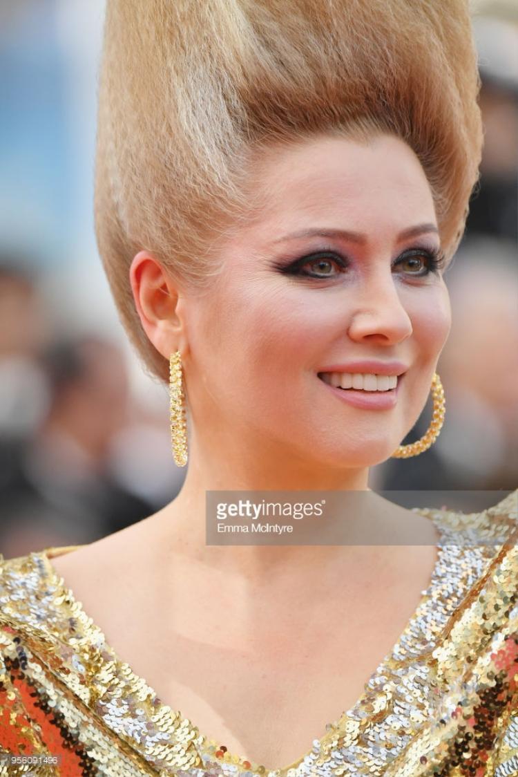 Nữ diễn viên người Nga - Elena Lenina diện bộ trang phục độc lạ.