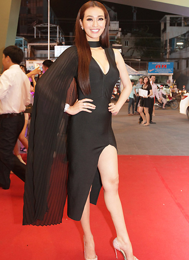 Khánh My xuất hiện trên thảm đỏ với cả cây đen trầm mặc. Lẽ ra, bộ trang phục đã giúp nữ diễn viên ghi điểm với thiết kế ôm sát, cắt xẻ táo bạo nhưng phần áo choàng không liên quan đã phá hỏng mọi thứ. Nhiều ý kiến cho rằng Khánh My trông không khác siêu nhân đi giải cứu thế giới.