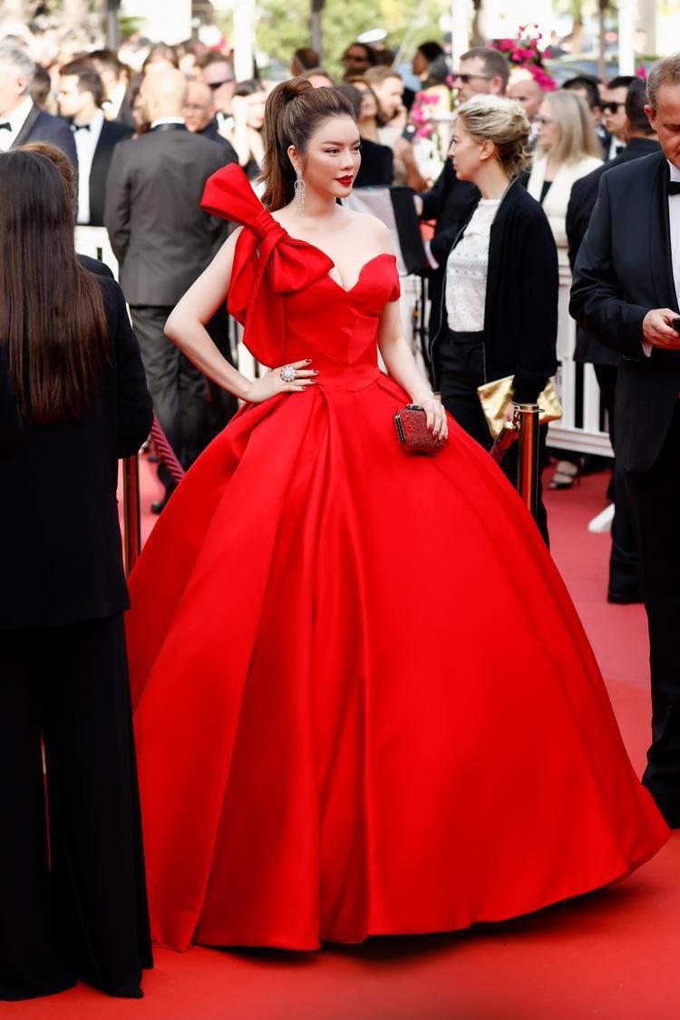 """Do phần váy xòe rộng tạo cảm giác bồng bềnh là """"thương hiệu"""" của những bộ váy Cinderella và cũng gây nhiều khó khăn cho chủ nhân khi di chuyển, nhưng với kinh nghiệm nhiều năm sải bước trên thảm đỏ Cannes, Lý Nhã Kỳ đã ra mắt hết sức tự nhiên và cuốn hút."""
