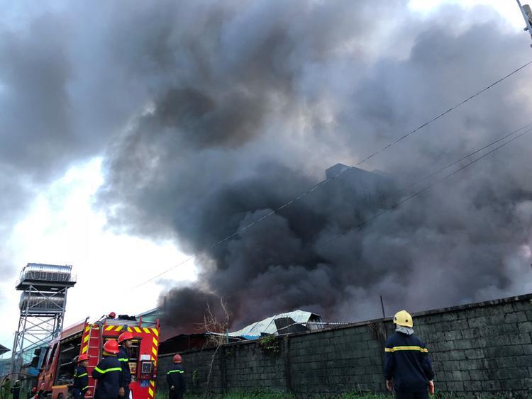 Đến gần 6h ngày 9/5, ngọn lửa cơ bản được khống chế.