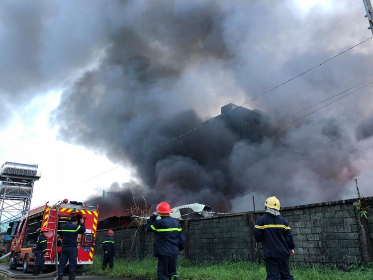 Lực lượng chữa cháy chia ra làm nhiều hướng để dập lửa.