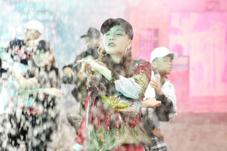 Hồ Quỳnh Hương tái xuất mạnh mẽ với Take It Easy.