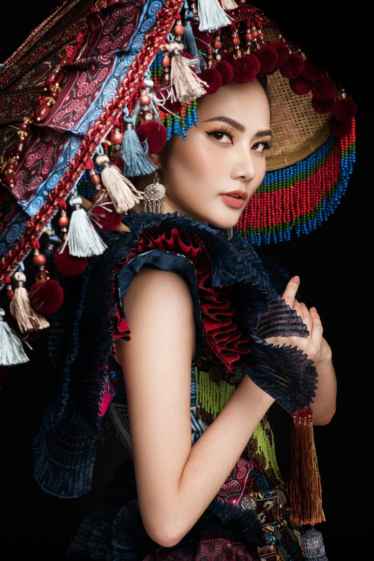 Diệu Linh hoá sơn nữ trong trang phục truyền thống của người H'Mông.