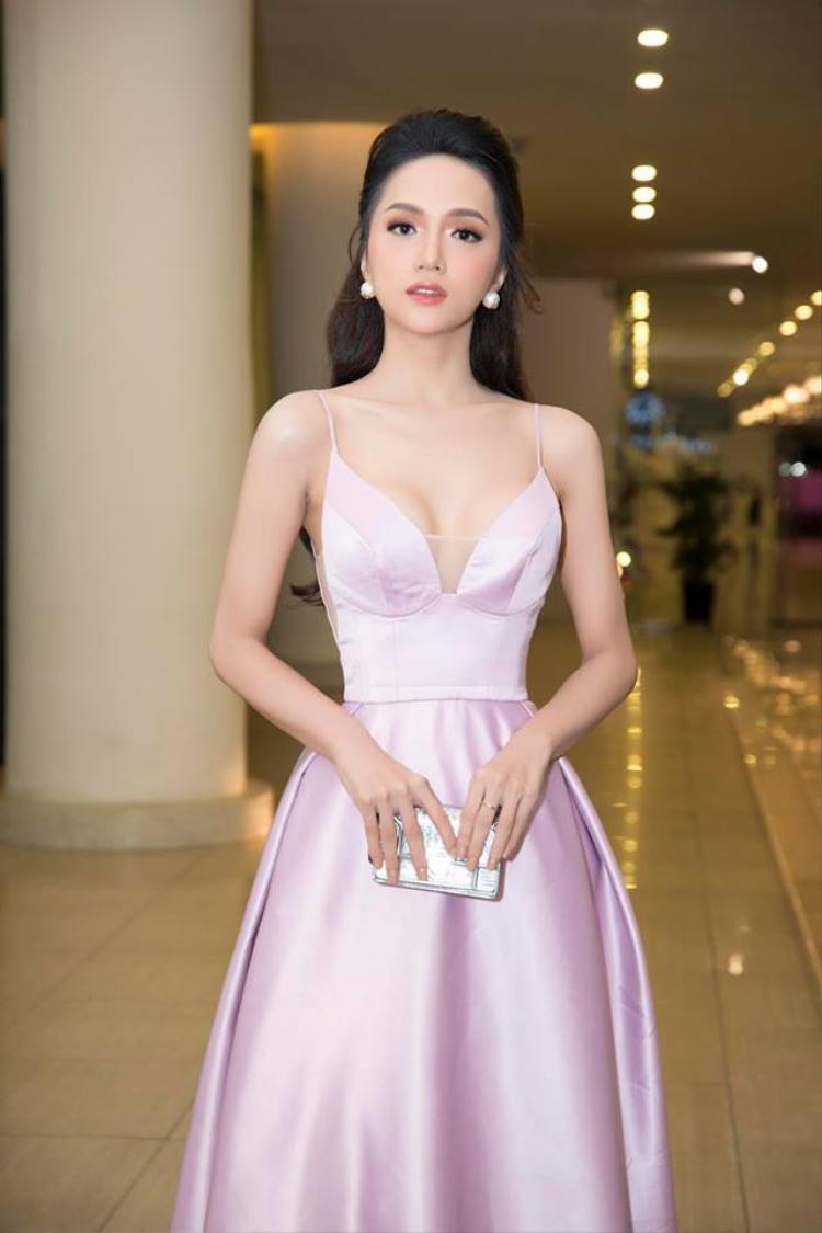 Vẻ đẹp chuẩn không cần chỉnh của Hương Giang.