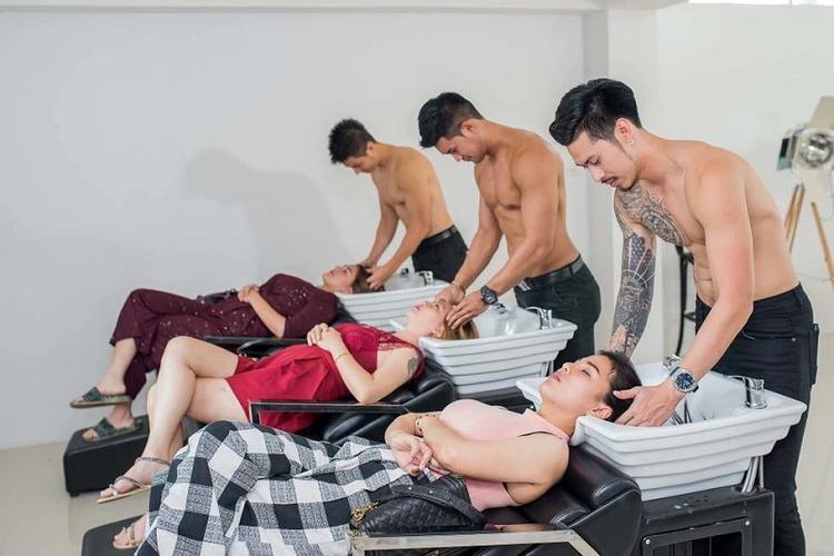 Khi chăm sóc khách hàng, các anh chàng đều phải cởi trần.