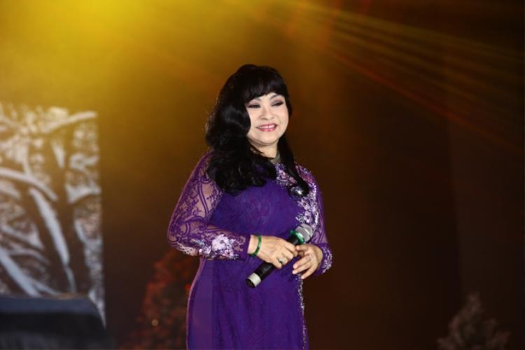 Nghệ danh của nữ ca sĩ được chính cha cô đặt cho ghép từ chữ Hương trong Thanh Hương và chữ Lan trong Út Bạch Lan, hai người bạn thân thiết với gia đình. Sở dĩ Hương Lan không sử dụng tên thật là do khi đó đã có một nữ nghệ sĩ cải lương Ngọc Ánh rồi.