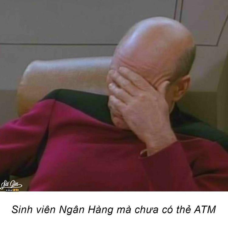 """Đó là khi bạn bàng hoàng nhận ra học Ngân hàng nhưng chẳng có xu dính túi, nói gì làm thẻ ATM. Mà nhục hơn là có thẻ rồi nhưng không biết cách rút tiền, cứ lọ mọ mãi với cây cột để bao người hàng sau chửi rủa… """"sinh viên ngân hàng mà không biết xài thẻ ATM""""."""