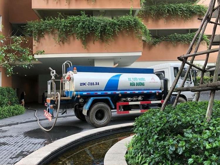 """Những chiếc xe tec chở nước """"cấp cứu"""" cho khu đô thị này, tuy nhiên không phải hộ dân nào cũng lấy được nước và cũng không đáp ứng đủ nhu cầu của hàng trăm hộ dân ở đây."""