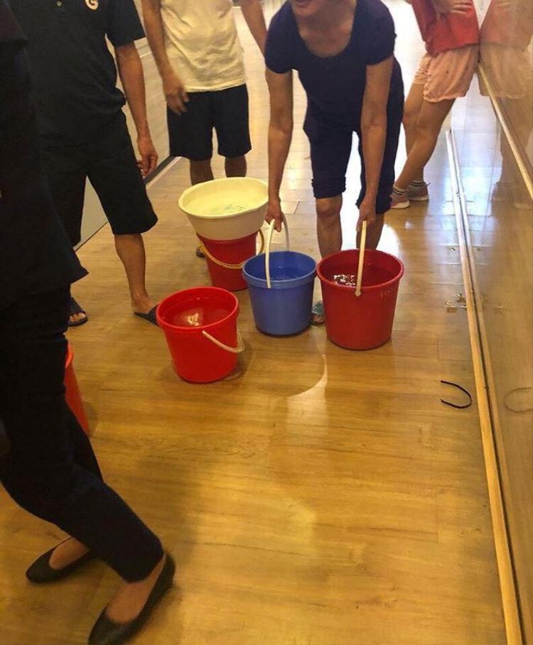 Các hộ dân rất khốn đốn và bức xúc vì tình trạng mới chớm hè đã thiếu nước sạch để dùng (Ảnh cư dân cung cấp)