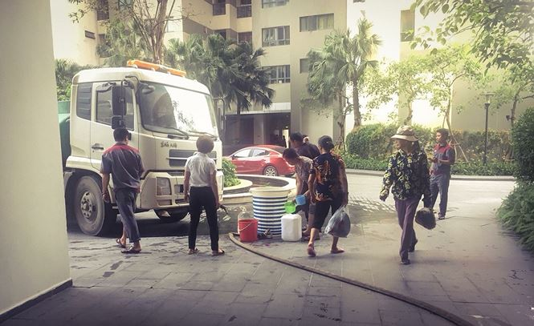 Việc mất nước, thiếu nước sạch xảy ra tại Khu đô thị cao cấp Mulberry Lane (phường Mỗ Lao, quận Hà Đông) đúng vào những ngày nắng nóng khiến cho hàng trăm hộ dân khốn khổ.