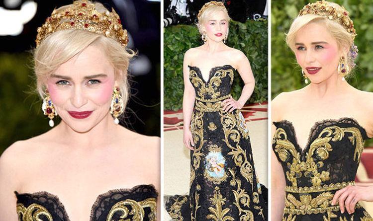 Emilia Clarke mắc lỗi đánh phấn quá tay vào khu vực má hồng