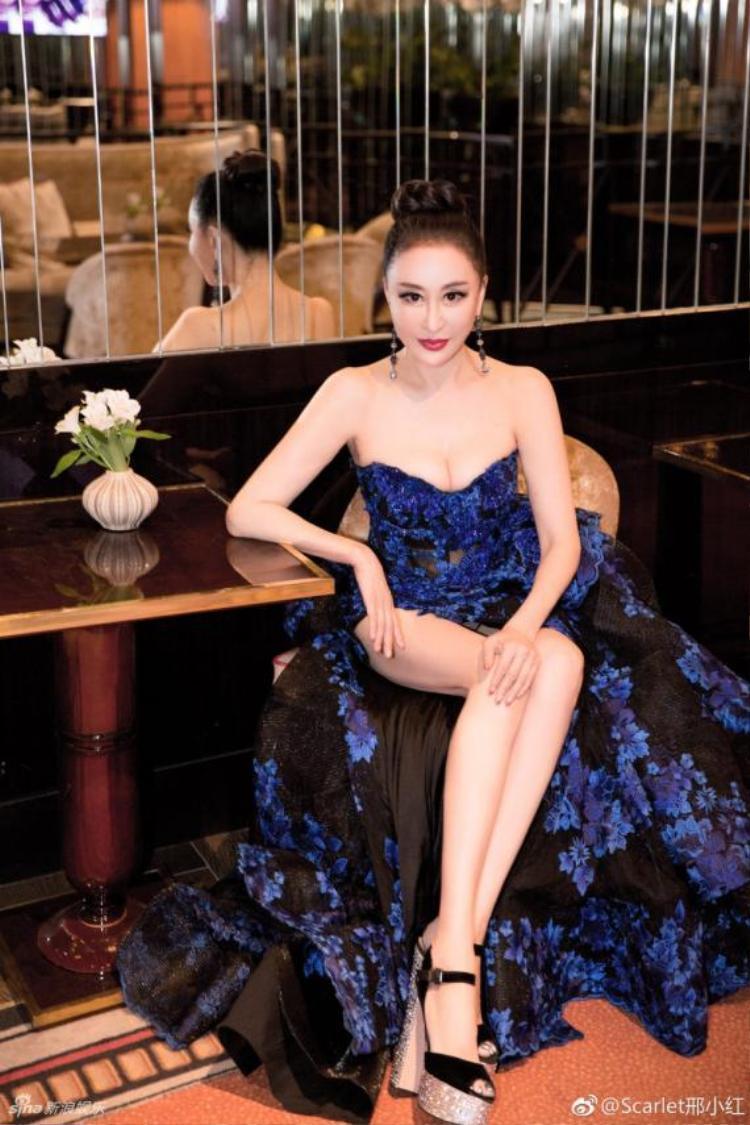 Hoa hậu Quý bà Trung Quốc đáp trả chỉ trích giả vờ té ngã để khoe ngực tại thảm đỏ Cannes 2018
