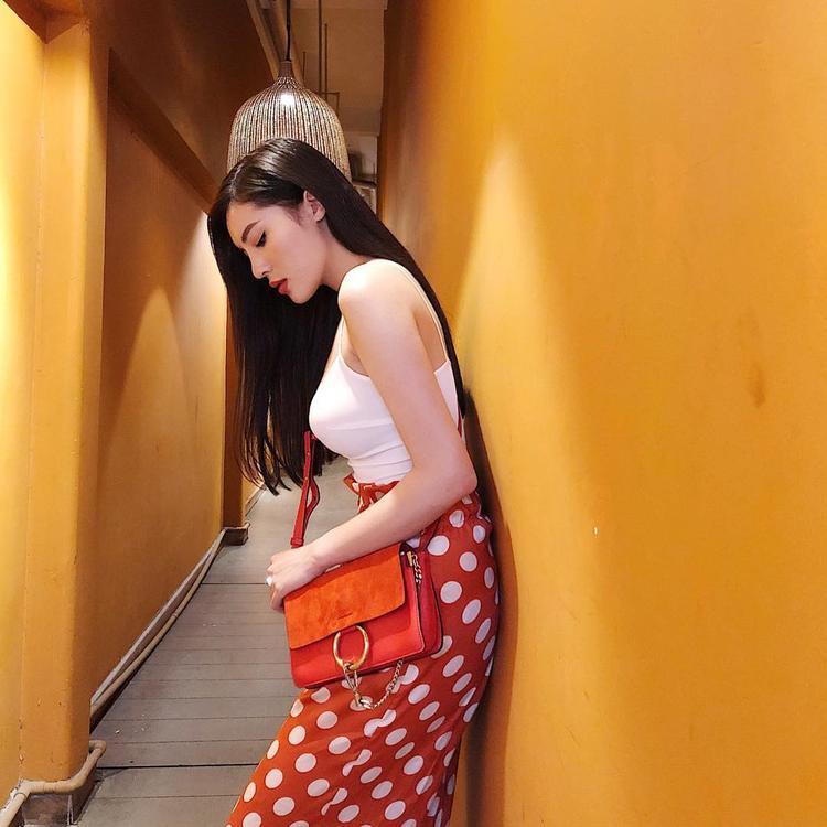 Cả cây màu cam từ chân váy chấm bi đến túi xách là sự lựa chọn khiến Kỳ Duyên nổi bật khi xuống phố.