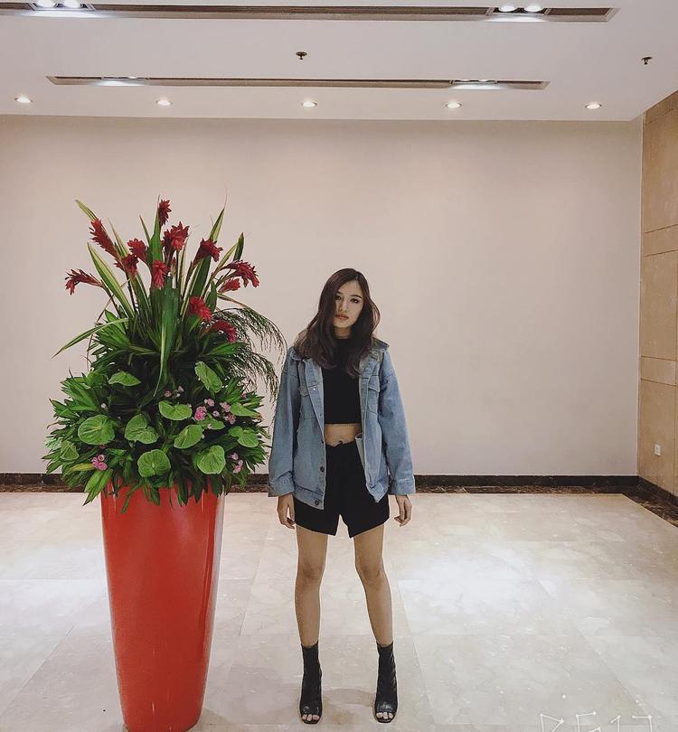 Phương Chi The Face khoe nét cá tính cùng quần short ngắn và croptop khoe eo thon, đi cùng áo khoác jeans mặc hững hờ.