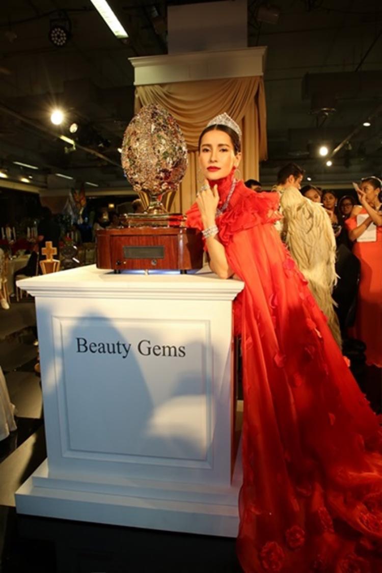 Anne Thongprasom khiến ai ai cũng phải ngắm nhìn khi diện đầm lông vũ màu đỏ chói cùng cách make up tông xuyệt tông.