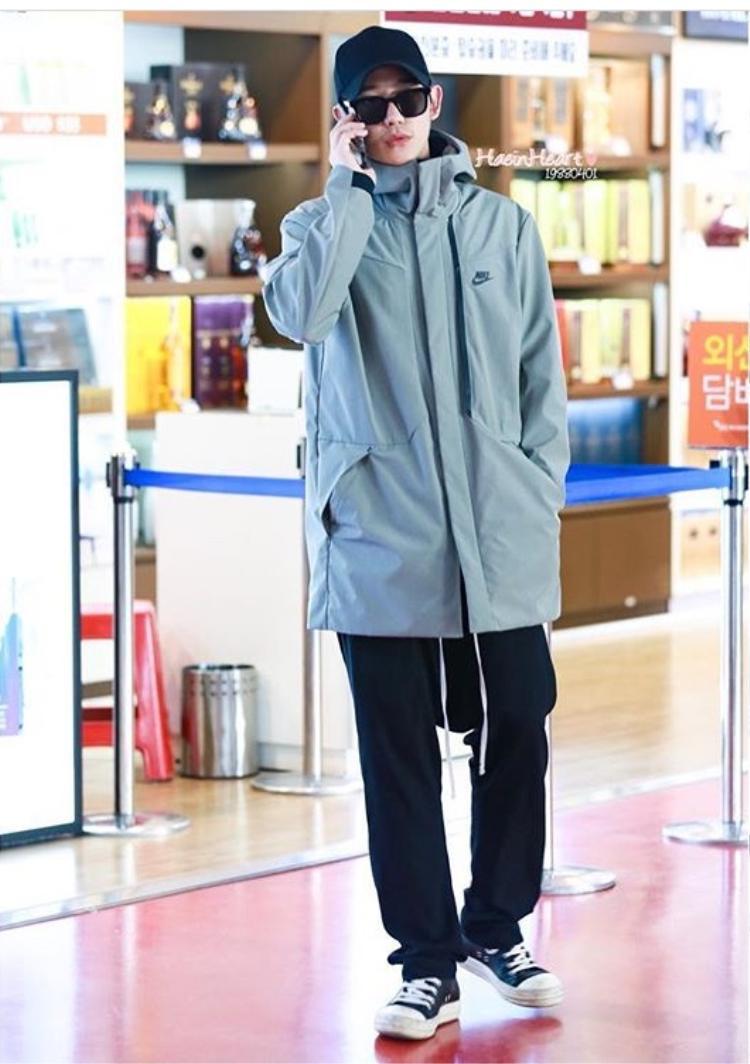 Jung Hae In lần đầu xuất hiện sau scandal tranh vị trí trung tâm tại Baeksang 2018