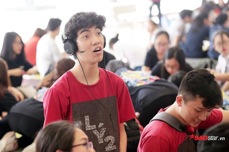 Hotboy cầm bảng khoe tài vẽ tranh trong ngày hội Dấu ấn của trường Ams