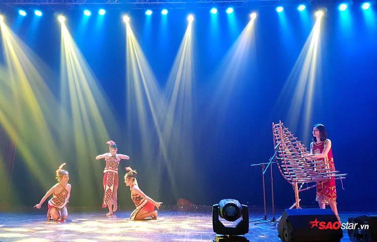 Tiết mục đặc biệt này của Phượng Mai như đưa khán giả đến với không gian bao la, tươi đẹp của miền cao Tây Nguyên.