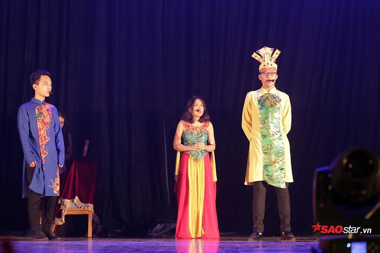 Cao Xuân An (lớp 10 Văn) và Đinh Bảo Trọng (lớp 11 Hóa 1) vào vai Thủy Tinh và Mỵ Nương, tái hiện câu chuyện tình oan trái của Thủy Thần bằng tài năng kịch, piano và vẽ tranh.Lối diễn nhập tâm, cảm xúc và kịch bản độc đáo, sáng tạo chính là điểm sáng của phần thi này.
