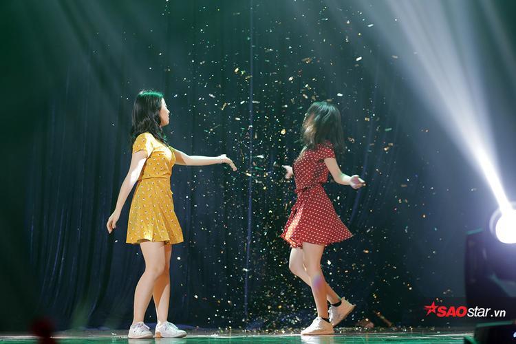 """Vở kịch """"Đêm đầy sao"""" được cặp đôi lớp 11 Sinh Uông Hoàng Phương Linh và Phí Hà Nhi trình diễn bằng ngôn ngữ nhảy hiện đại sôi động. Ẩn đằng sau những bước nhảy là câu chuyện cảm động về những đứa trẻ mồ côi nhưng luôn tràn đầy hi vọng. Khi màn đêm buông xuống cũng là lúc những đứa trẻ ấy được sống với chính đam mê và uớc mơ của mình."""
