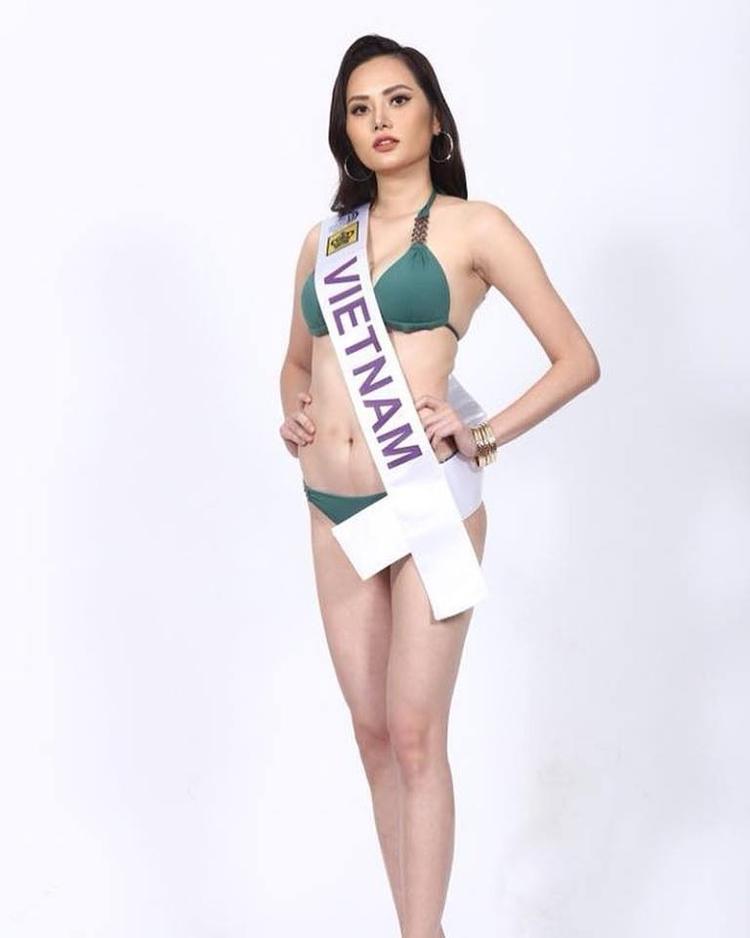 """Hoa hậu Đông Nam Á Nguyễn Diệu Linh để lộ vòng eo """"bánh mì"""" khi diện bikini 2 mảnh. Cô năm nay 27 tuổi, cao 1m74, nặng 52 kg và số đo 3 vòng ở thời điểm hiện tại là 86-63-91 cm.Năm 2013, Diệu Linh tham gia cuộc thi Siêu mẫu châu Á 2013 ở Trung Quốc và vào Top 10."""