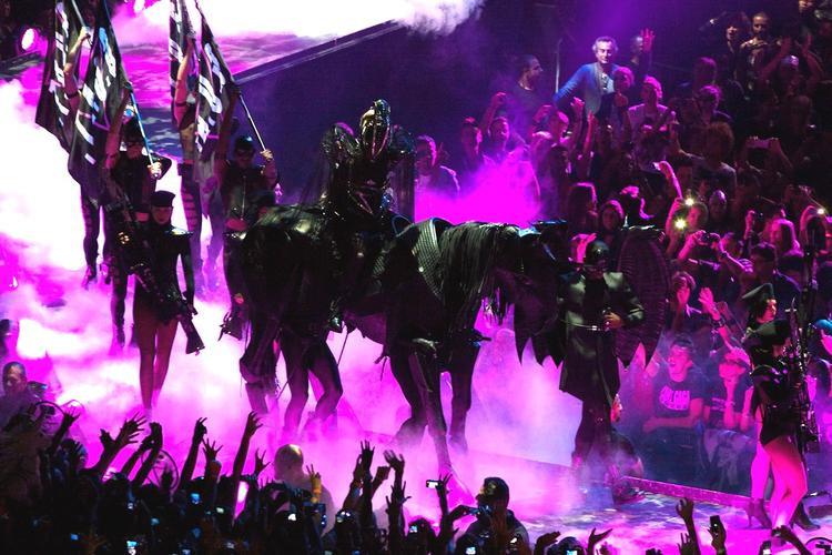 Cả một binh đoàn âm binh đồng hành cùng Gaga để bắt đầu đêm nhạc…