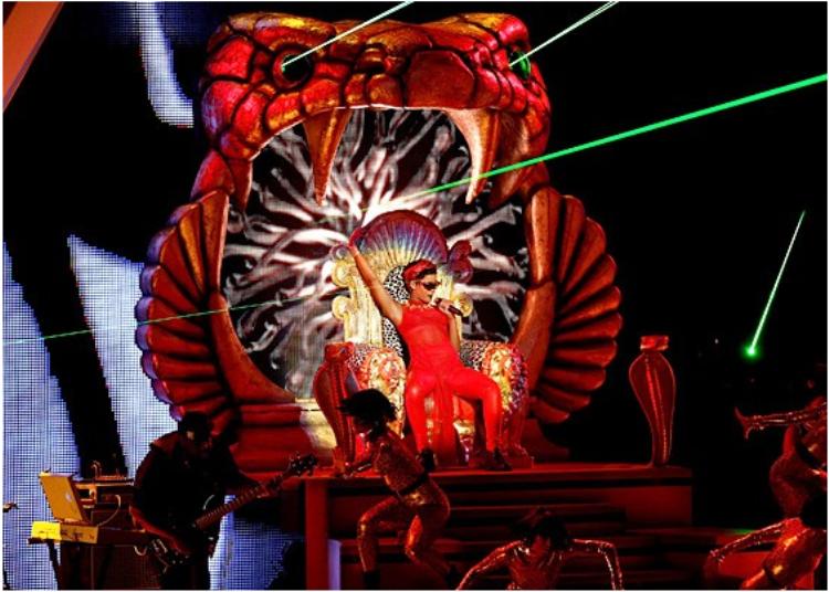 VMAs 2012 gọi tên Rihanna là một trong những màn diễn ấn tượng nhất đêm đó.