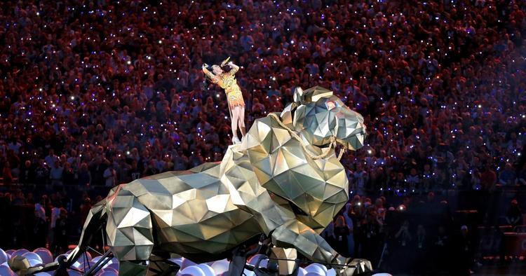 Sư tử khổng lồ trong Superbowl Halftime Show năm nào…