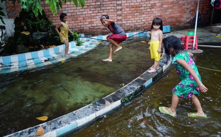 Một hồ cá đã trở thành hồ bơi của những đứa trẻ trong xóm.