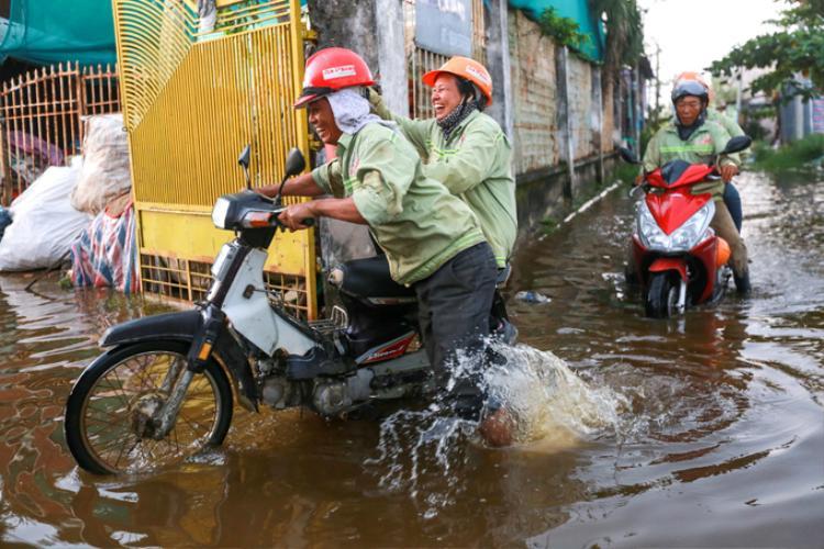 Những công nhân ở thuê tại dãy trọ luôn đi làm về nhà trong cảnh dắt bộ vì xe chết máy. Họ cho biết, ở đây kiếm phòng trọ đàng hoàng không có vì nhà dân đã bị giải tỏa hết, chỉ còn đất phân lô, cao ốc… trong công trường ngổn ngang. Những người bám trụ hàng chục năm từ khi bị di dời nhà ở tại Thủ Thiêm dù cuộc sống gặp nhiều khó khăn, thiếu thốn nhưng vẫn chờ một ngày được giải quyết đền bù thỏa đáng. Tọa lạc bên bờ Đông sông Sài Gòn, đối diện quận 1, Khu đô thị Thủ Thiêm rộng 657 ha được kỳ vọng đẹp nhất Đông Nam Á. Khu đô thị có các chức năng chính là trung tâm tài chính, văn hoá, thương mại, dịch vụ cao cấp, nghỉ ngơi, giải trí… Để đầu tư xây dựng siêu dự án này, thành phố đã mất 10 năm giải tỏa trắng gần như toàn bộ bán đảo Thủ Thiêm, khoảng 15.000 hộ dân đã di dời.