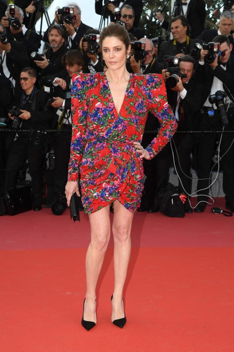 """Phần vai độn quá đà khiến vóc dáng của Chiara Mastroiannitrông thô kệch. Ngoài ra, sự kết hợp cùng những chi tiết in hoa cũng làm bộ cánh trở nên rối mắt. Đây cũng là một trong những trang phục """"kém sang"""" nhất thảm đỏ Cannes 2 ngày qua."""