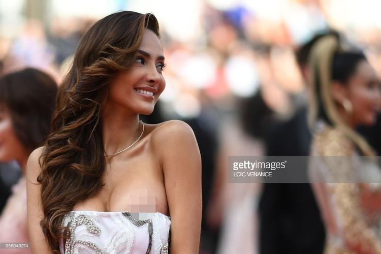 Sự cố trang phục đã xảy ra với cô. Hình ảnh về khoảnh khắc cô lộ nhũ hoa phủ ngập các tờ báo quốc tế.