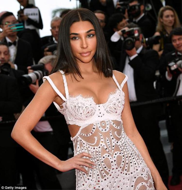 Chantel Jeffries khoe ngực sexy và được nhận xét trông như Kim Kardashian. Tuy vậy cô nhận được nhiều bình luận chê bai bởi trang phục thảm đỏ chẳng khác nội y là mấy.