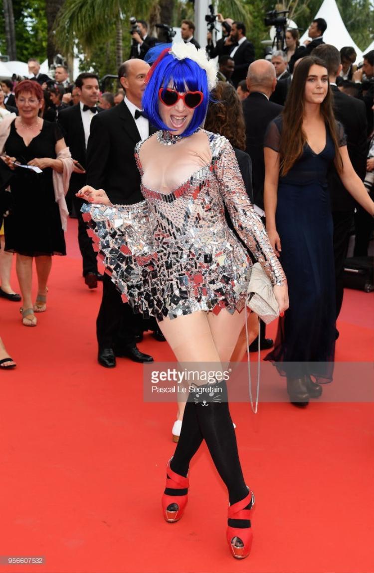 Marie Parie - một nữ ca sĩ vô danh bỗng gây chú ý vì phong cách ăn mặc khác lạ.Cô mặc chiếc váy ngắn khoe vòng một trễ nải.
