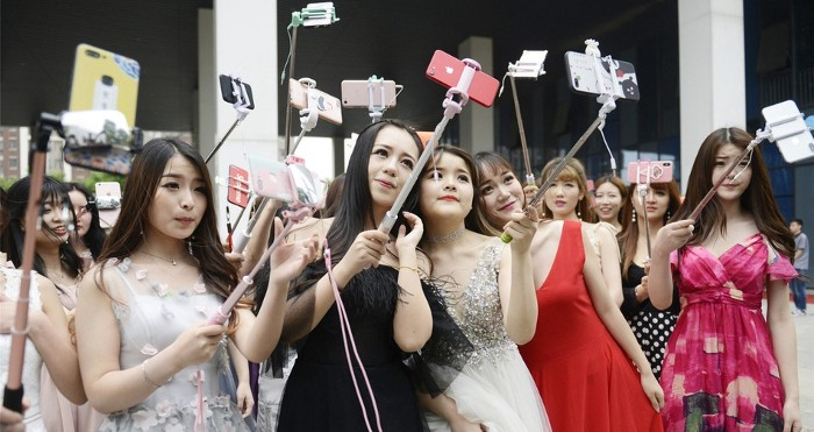 Vào ngày 8/5, trường đào tạo ngôi sao mạng xã hội hàng đầu Trung Quốc đã mở cửa ở Vũ Hán, tỉnh Hồ Bắc, thu hút khoảng 60 bạn trẻ tham gia.