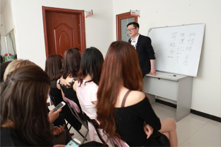 Được biết, lớp đào tạo ngôi sao mạng đầu tiên ở Bắc Kinh do stylist nổi tiếng Hou Dong Feng sáng lập, với mục đích ban đầu là bồi dưỡng nghệ sĩ ra mắt trong làng giải trí. Tại đây, các học viên sẽ được học kỹ năng trang điểm, quay phim chụp hình, ca hát, vũ đạo, dẫn chương trình talkshow… và cách thể hiện bản thân trên mạng xã hội.