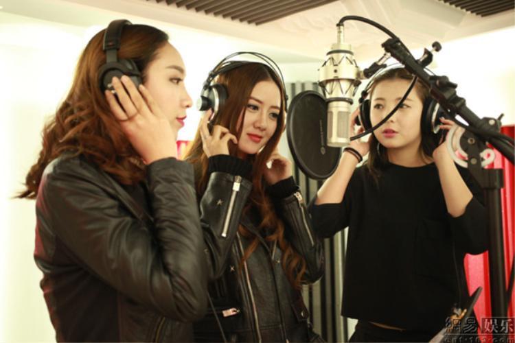 Các học viên được học thanh nhạc và thu âm.