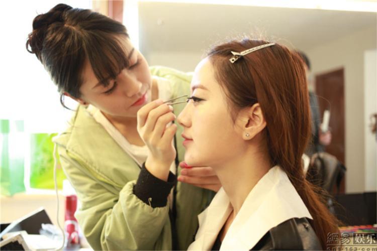 Học viên được giới thiệu và thực hành những kiểu makeup đang hot trên mạng xã hội.