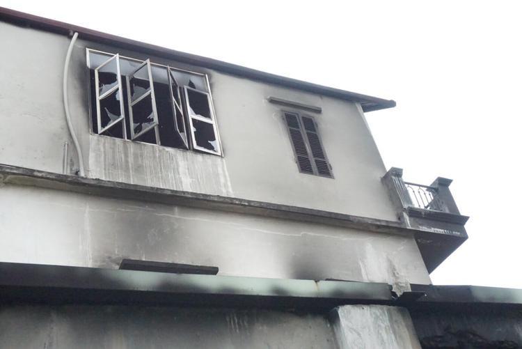 6 người trong gia đình ông Mạnh đã nhảy qua cửa sổ và lan can tầng 3 xuống mái nhà tôn bên cạnh.