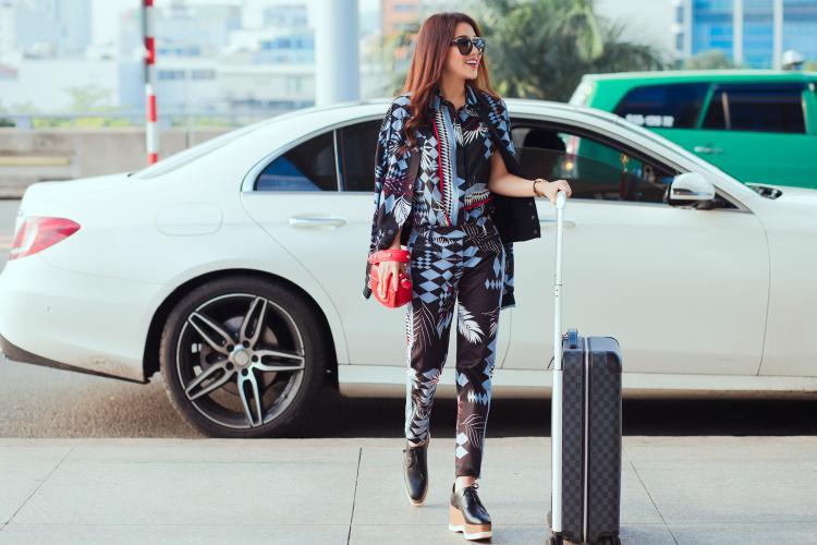 Ngọc nữ bolero Tố My nổi bật tại sân bay, lần đầu sang Mỹ lưu diễn