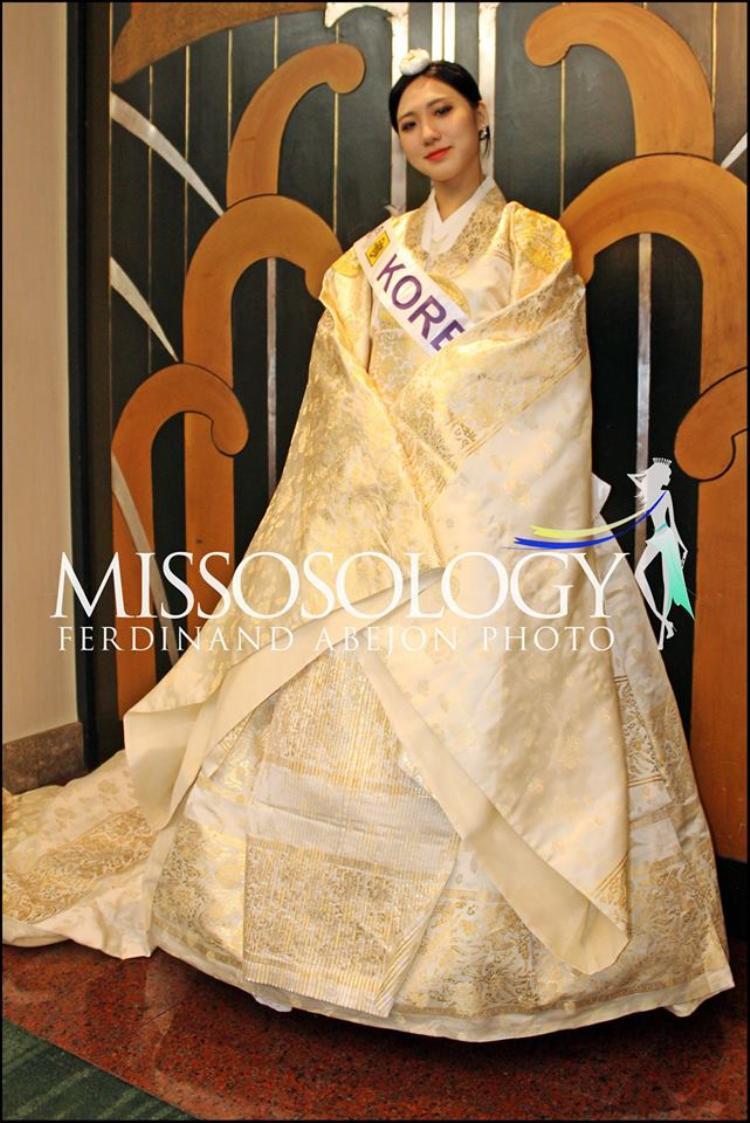 Đại diện Hàn Quốc cũng đem theo bộ Hanbok giống với người đồng hương từ đảo Jeju.