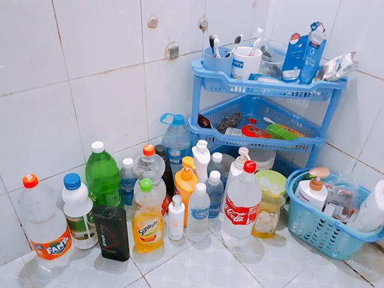 Chai lớn chai nhỏ đều được mang ra dự trữ nước.
